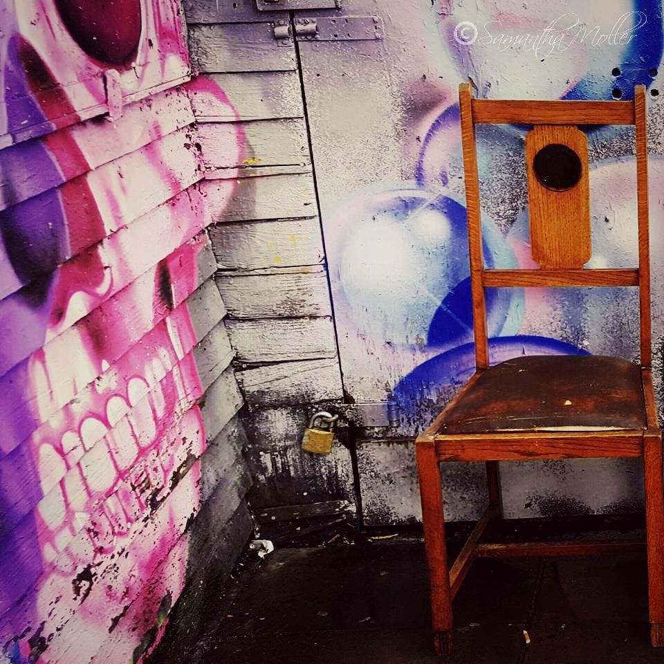 graffiti & chair -bf74587a